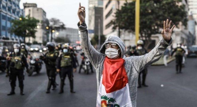 Milhares de peruanos saíram às ruas para protestar contra destituição de Vizcarra