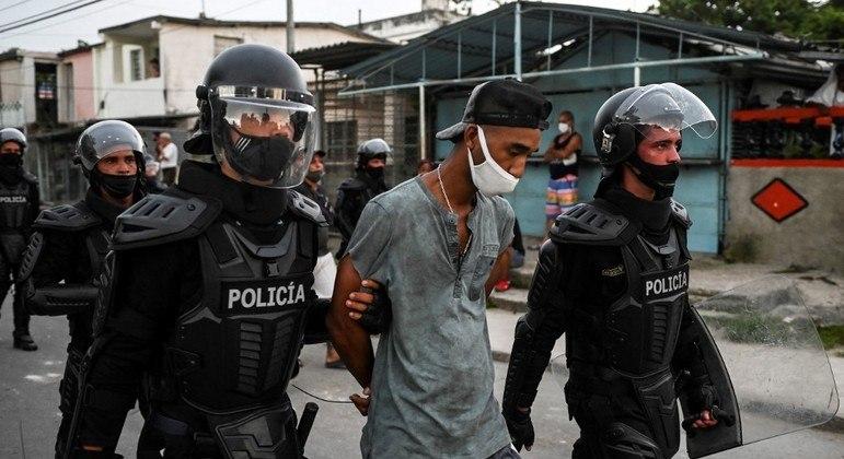 Manifestante preso durante manifestações em Cuba