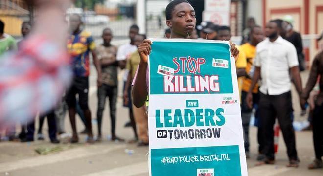 Manifestante segura cartaz que pede o 'fim das mortes dos líderes do amanhã'