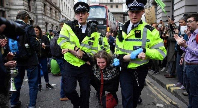Em abril, protestos pararam Londres; na foto, polícia remove manifestante na região central