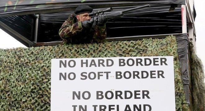 Grupos contrários ao Brexit fizeram manifestações na fronteira da Irlanda com placas e fantasias militares