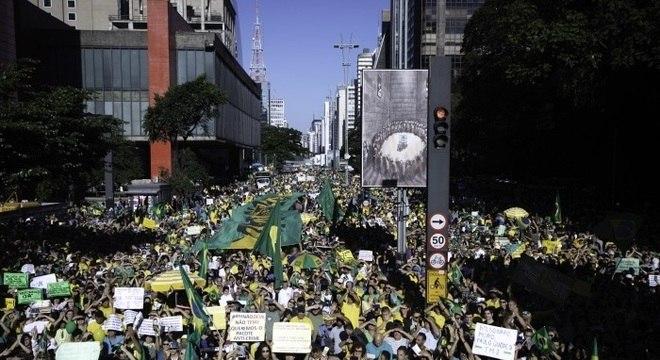 Manifestantes se reúnem na Avenida Paulista
