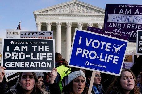 """Em janeiro, manifestantes anti-aborto protestaram em frente à Suprema Corte dos Estados Unidos durante a 46ª marcha anual """"Pró-Vida"""" em Washington"""