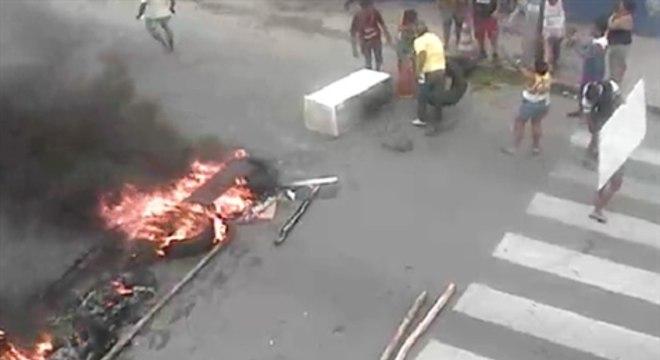 Manifestantes atearam fogo em entulhos na pista