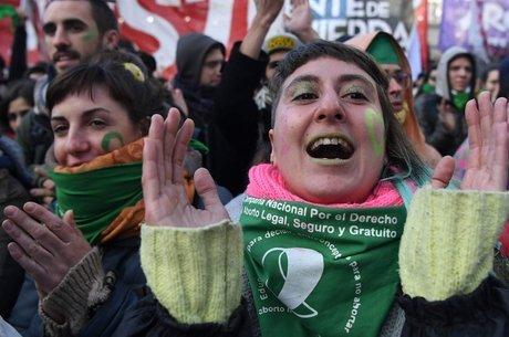 Manifestantes comemoram aprovação de lei do aborto em Buenos Aires: mobilização começou em movimento antifeminicídio