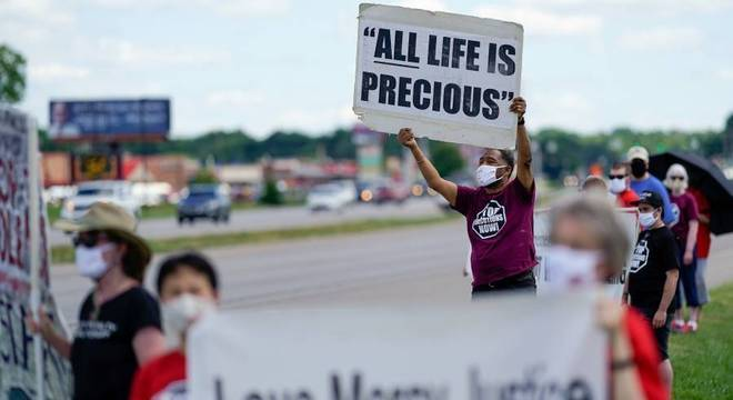 Manifestantes contra pena de morte fazem protesto na porta de penitenciária