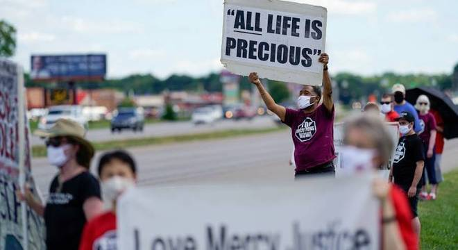 Manifestantes levam cartazes contra a pena em frente à prisão federal de Terre Haute