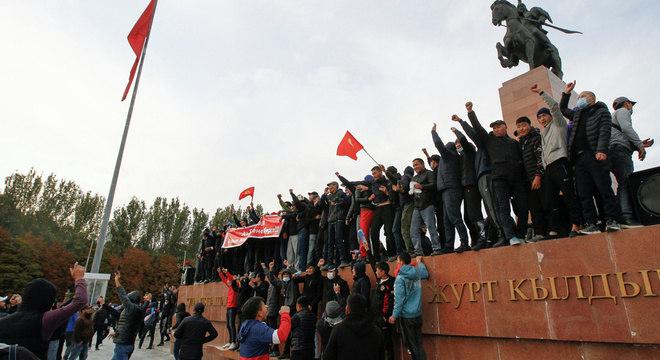 Manifestantes de grupos políticos rivais participam de um comício em Bishkek