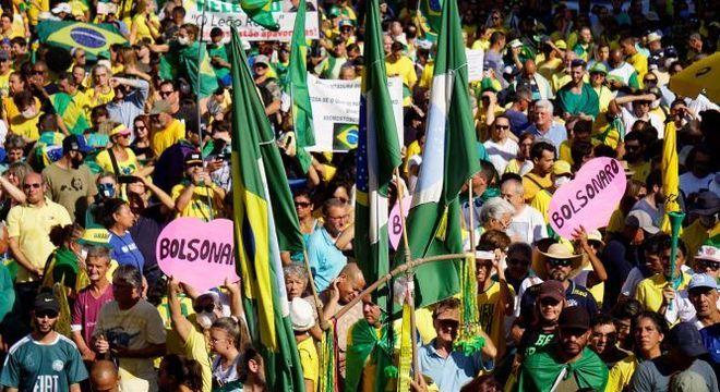 Manifestantes pró-governo se reuniram neste domingo (15) para protestar contra o STF e o Congresso