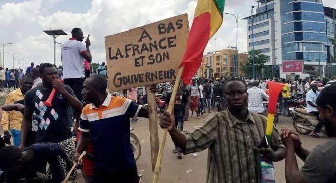 Manifestantes foram às ruas comemorar o anúncio de que o presidente estava preso