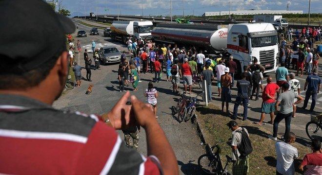 Manifestantes bloquearam acesso à refinaria Reduc, no Rio de Janeiro