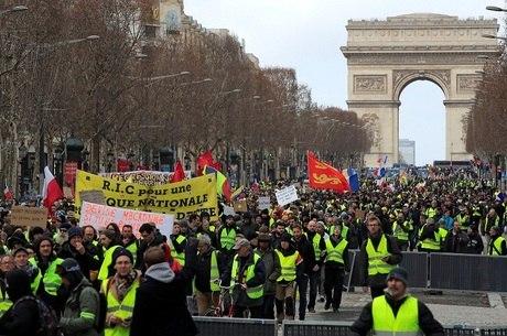 Manifestação em Paris contra Emmanuel Macron