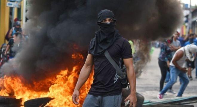 A Guarda Nacional Bolivariana bloqueou a passagem em Ureña (Estado de Táchira), na fronteira da Venezuela com a Colômbia. Houve protestos violentos