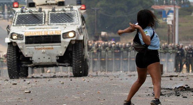 Manifestantes entraram em confronto com forças de segurança venezuelanas nas fronteiras da Colômbia e do Brasil