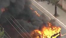Manifestantes botam fogo em ônibus na zona sul de São Paulo