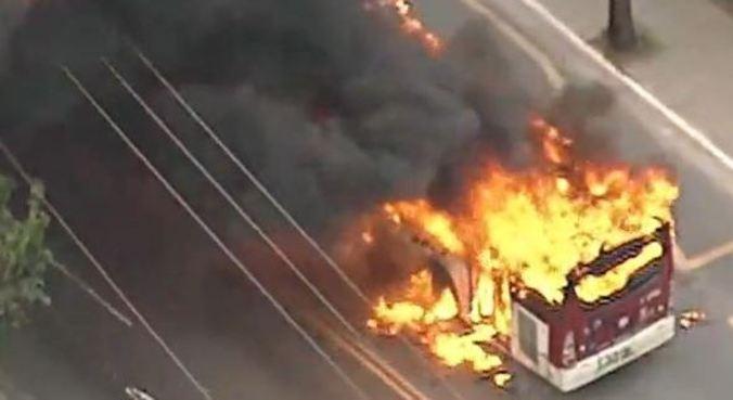 Manifestantes atearam fogo a ônibus na zona sul de São Paulo