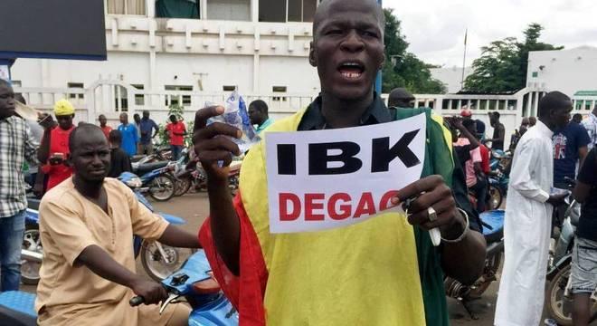 Manifestantes comemoram nas ruas prisão do presidente de Mali