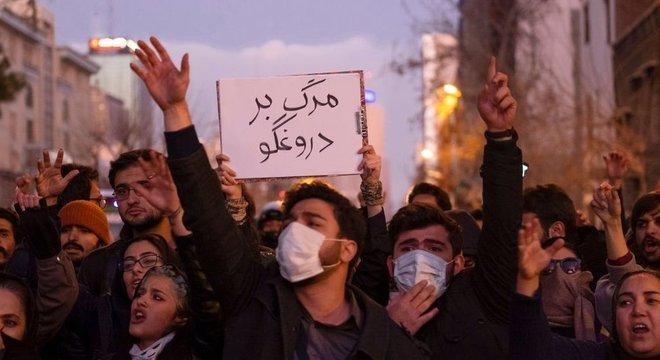 Negativa inicial do governo sobre incidente com avião da Ucrânia enfureceu manifestantes iranianos
