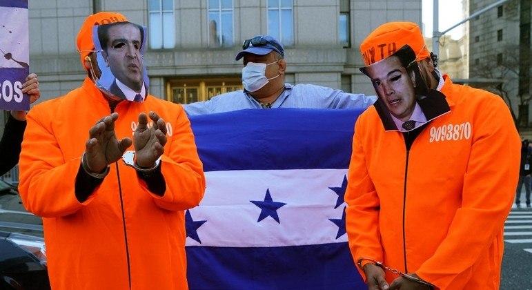 Manifestantes comemoraram a condenação de Hernánzes em Nova York