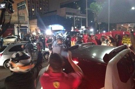 Manifestantes fecham a Avenida Washington Luiz