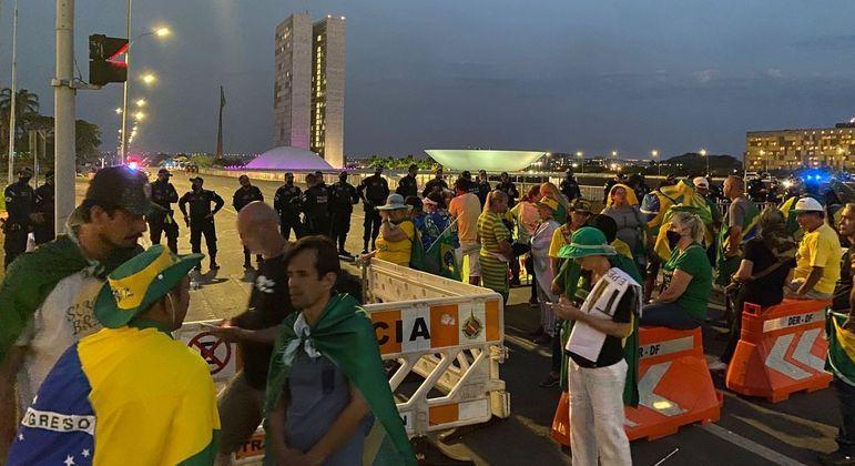 Manifestantes continuam na Esplanada dos Ministérios na noite de segunda-feira (8)