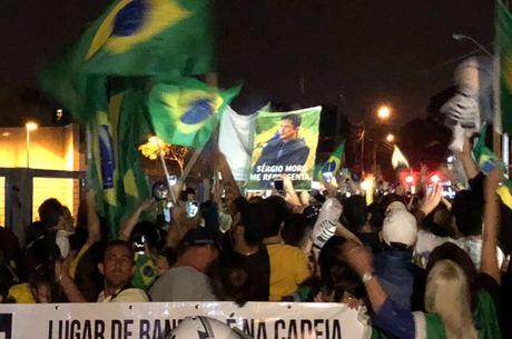 Manifestantes se aglomeram na chegada de Lula à PF