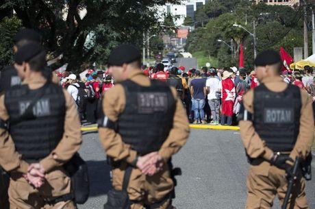 Manifestante não podem passar pela faixa