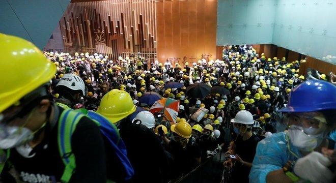 Centenas de manifestantes entraram no edifício após confrontos com a polícia