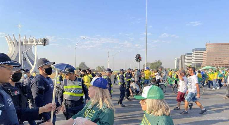 Manifestantes passam por revista da PM para participar de ato na Esplanada dos Ministérios
