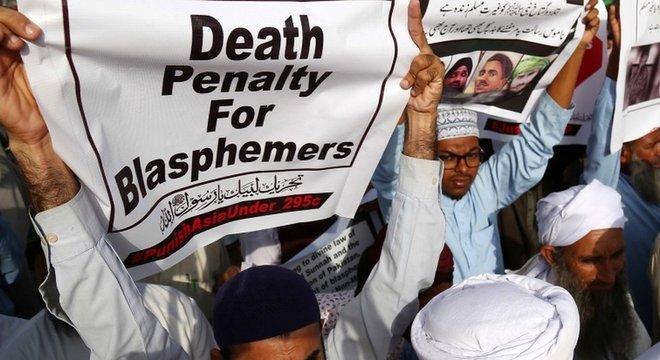 Manifestantes pedem pena de morte para acusados de blasfêmia; leis sobre o tema remontam à história do Paquistão