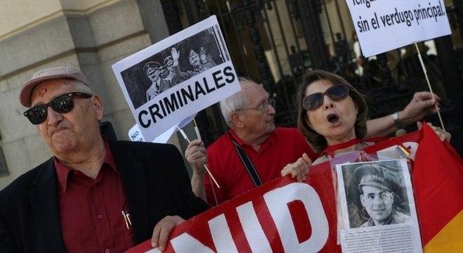 Manifestantes favoráveis à remoção se reuniram em Frente ao Parlamento