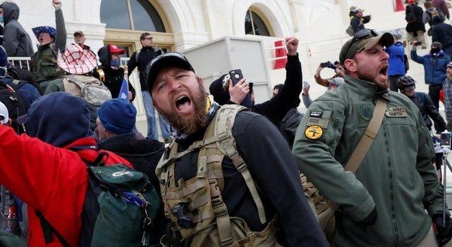 De acordo com um fotógrafo da agência Reuters, alguns apoiadores de Trump que invadiram o Capitólio falaram em querer encontrar Pence para enforcá-lo
