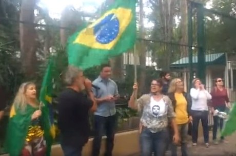 Manifestantes em protesto contra Moraes