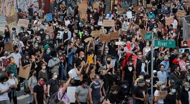 Manifestantes protestam contra o racismo em Nova York