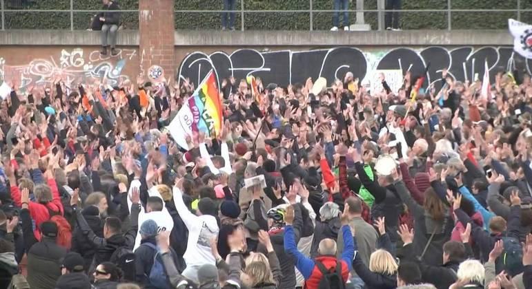 """Pessoas ligadas ao movimento negacionista """"Querdenker"""" em protesto no dia 3 de abril"""