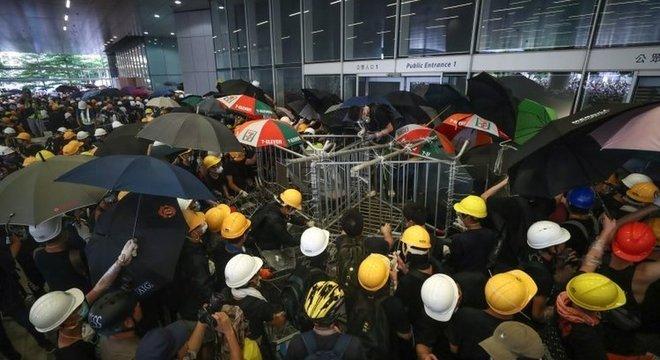 Manifestantes estavam equipados com capacetes e máscaras de gás