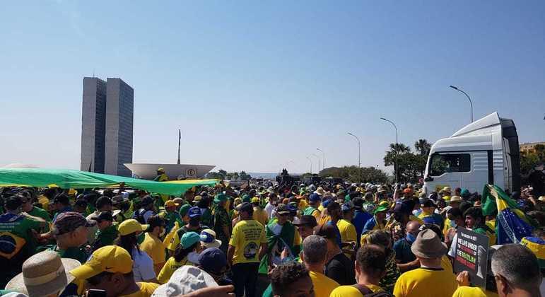 Manifestantes se aglomeram em frente ao Congresso Nacional, em ato a favor do presidente Bolsonaro