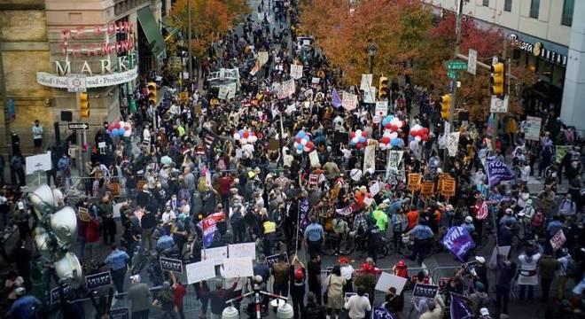 Manifestantes estão em frente a centro de contagem de votos na Filadélfia