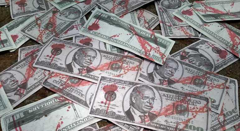 Notas de dinheiro falso com rosto de Paulo Guedes foram jogadas na porta do Ministério da Economia