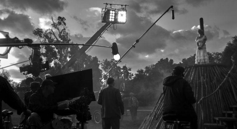 Filmado em preto e branco, o longa se concentra no roteirista Herman J. Mankiewicz