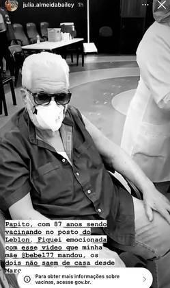O autor de novelas Manoel Carlos, de 87 anos, foi vacinado contra ocoronavírusem 10 de fevereiro. O registro foi publicado por Júlia Almeida, uma das filhas de Maneco.