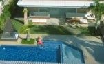 O casarão foi cenário para o clipe da música Tócame, gravado durante a quarentena, em julho de 2020. No vídeo, é possível ver mais detalhes de toda a área externa da mansão. A cantora, inclusive, aparece na piscina dando um beijão em Gui Araujo, seu namorado na época