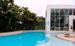 A área externa tem piscinas, jardim, hidromassagem, vestiário além de quadras de vôlei e basquete