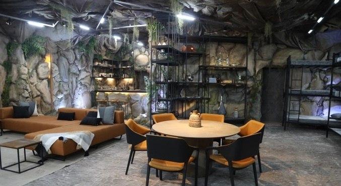 Exílio é uma caverna onde os participantes acompanham tudo o que acontece na Vila