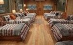 Os dormitórios são espaços confortáveis e adequados para que as 13 celebridades possam descansar depois de um dia repleto de aventurasConheça o elenco do reality showIlha Record