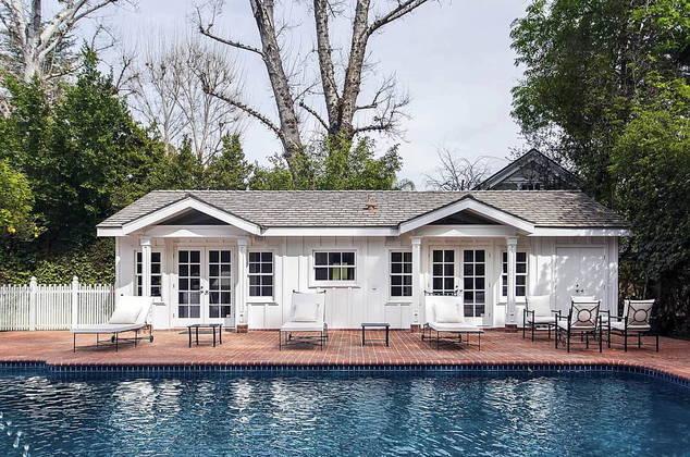 Com uma grande área externa, a residência conta com uma piscina e uma área especial de spa