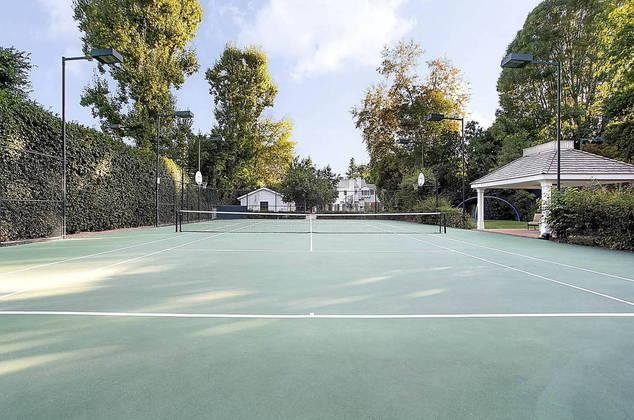 Além da piscina e da casa de hóspedes, a mansão conta ainda com uma quadra de tênis, uma quadra de basquete e um gazebo