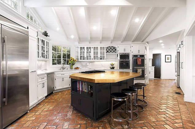 A residência em estilo colonial teria sido construída em 1936 e conta com muita iluminação natural. A cozinha tem conceito aberto
