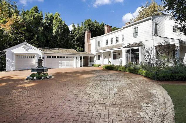 A mansão comprada por Kelly tem cerca de464 m², com um total de 5 quartos e 7 banheiros entre a casa principal e uma casa de hóspedes ao fundo