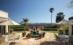 Com um ótimo espaço na parte de fora,com espaço para seis carros, o local apresenta vistas do centro de Los Angeles, do oceano e das montanhas de Santa Monica